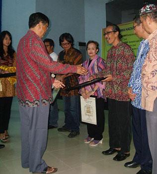Tatang Setiadi Terima Penghargaan Sastra Rancage